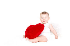 Portret van een Leuke aanbiddelijke kleine valentijnskaartengel met rood zacht die hart op witte achtergrond wordt geïsoleerd royalty-vrije stock foto