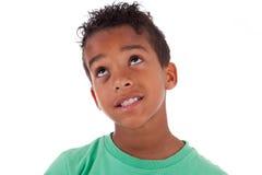 Portret van een leuke Afrikaanse Amerikaan weinig jongen die omhoog kijken Royalty-vrije Stock Foto's