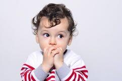 Portret van een leuke babyjongen die omhoog verrast kijken Stock Afbeeldingen