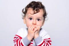 Portret van een leuke babyjongen die omhoog verrast kijken Stock Afbeelding