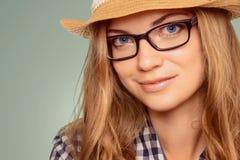 Portret van een leuke jonge vrouw die retro kleren, hoed en r dragen Stock Foto