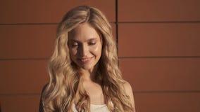 Portret van een leuke jonge vrouw met blond haar stock footage