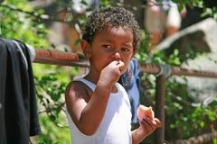 Portret van een leuke jongen die een appel eet Royalty-vrije Stock Fotografie