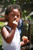 Portret van een leuke jongen die een appel eet royalty-vrije stock afbeelding