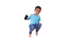 Portret van een leuke kleine Afrikaanse Amerikaanse jongen die op een tram springen Stock Foto