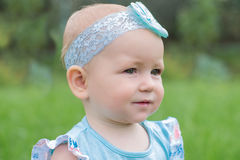 Portret van een leuke kleine baby met een blauwe boog Royalty-vrije Stock Foto