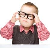 Portret van een leuke kleine jongen die glazen draagt royalty-vrije stock fotografie