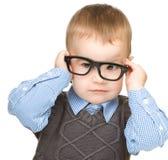 Portret van een leuke kleine jongen die glazen draagt royalty-vrije stock afbeelding