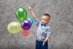 Portret van een leuke kleine jongen in jeans, blauwe overhemd en vlinderdas o Royalty-vrije Stock Afbeelding