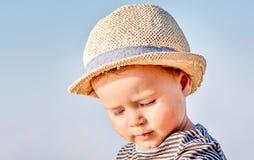 Portret van een leuke kleine jongen met de zomerhoed stock foto's