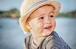 Portret van een leuke kleine jongen met de zomerhoed royalty-vrije stock afbeeldingen
