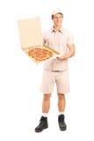 Portret van een leveringsjongen die een pizza levert Stock Foto's