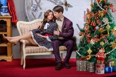 Portret van een man en een vrouw dichtbij de Kerstboom Stock Afbeelding