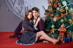 Portret van een man en een vrouw dichtbij de Kerstboom Royalty-vrije Stock Foto