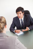 Portret van een manager die een vrouwelijke kandidaat interviewen stock afbeeldingen