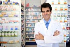 Portret van een mannelijke apotheker bij apotheek Stock Afbeeldingen