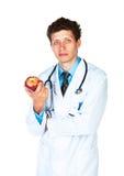 Portret van een mannelijke arts die rode appel op wit houden Stock Afbeelding