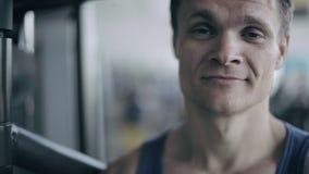 Portret van een mannelijke bus in de gymnastiek Sluit omhoog stock footage