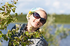 Portret van een meisje achter de groene struik stock afbeeldingen