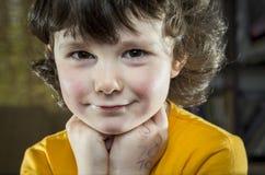 Portret van een meisje in bibliotheek Stock Foto