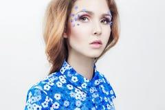 Portret van een meisje in een blauwe kleding, natuurlijke schoonheidsmiddelen, huidzorg stock afbeeldingen