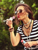 Portret van een meisje dat zeepbels blaast Royalty-vrije Stock Fotografie