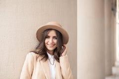 Portret van een meisje die een hoed en een laag dragen Stock Afbeelding