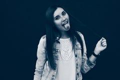 Portret van een meisje die het effect van tongduotone Donkerblauwe kleur tonen stock afbeeldingen