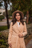 Portret van een meisje die hoed en laag in de herfstpark dragen Stock Foto