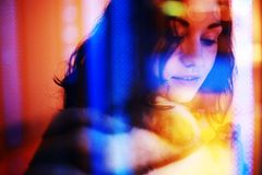 Portret van een meisje door een venster Royalty-vrije Stock Foto