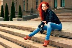 Portret van een meisje in een de zomerstad Royalty-vrije Stock Fotografie