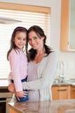 Portret van een meisje en haar moeder Royalty-vrije Stock Afbeeldingen
