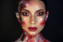 Portret van een meisje van Europese Aziatische verschijning met make-up stock foto