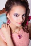 Portret van een meisje in het de Lentebeeld met purpere make-up Stock Afbeeldingen
