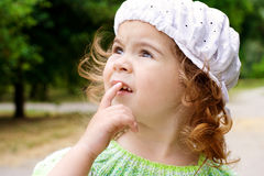 Portret van een meisje in het park Stock Afbeelding