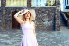 Portret van een meisje in een hoed een roze kleding stock foto