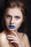 Portret van een meisje met blauwe lippen Mooie jonge vrouw met creatieve samenstelling, schoonheidsportret Manier en schoonheid Stock Afbeelding