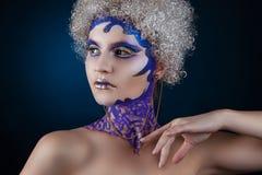 Portret van een meisje met creatieve samenstelling op een donkerblauwe achtergrond Purper - Gouden Make-up Stock Afbeeldingen
