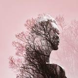 Portret van een meisje met dubbele blootstelling tegen een boomkroon DE royalty-vrije stock foto