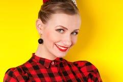 Portret van een meisje met een glimlach op een gele achtergrond in retro Royalty-vrije Stock Afbeelding