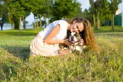 Portret van een meisje met een hond Stock Fotografie
