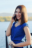 Portret van een meisje met een mobiele telefoon Stock Foto