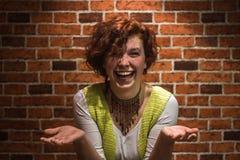 Portret van een meisje met gember krullende haar en sproeten royalty-vrije stock foto