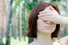 Portret van een meisje met gesloten ogen Stock Foto