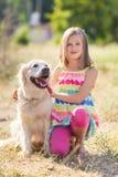 Portret van een Meisje met haar mooie hond in openlucht Royalty-vrije Stock Foto's