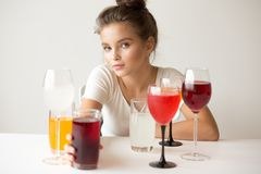 Portret van een meisje met kleurrijke dranken stock foto's