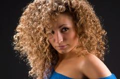 Portret van een meisje met krullend haar Stock Foto