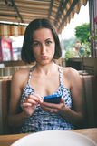 Portret van een meisje met een telefoon Stock Fotografie