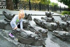 Portret van een meisje naast de bronspaarden Stock Afbeelding