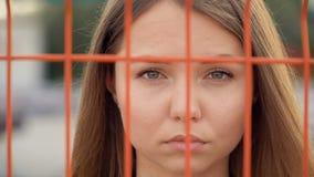 Portret van een meisje op de achtergrond van het net stock video